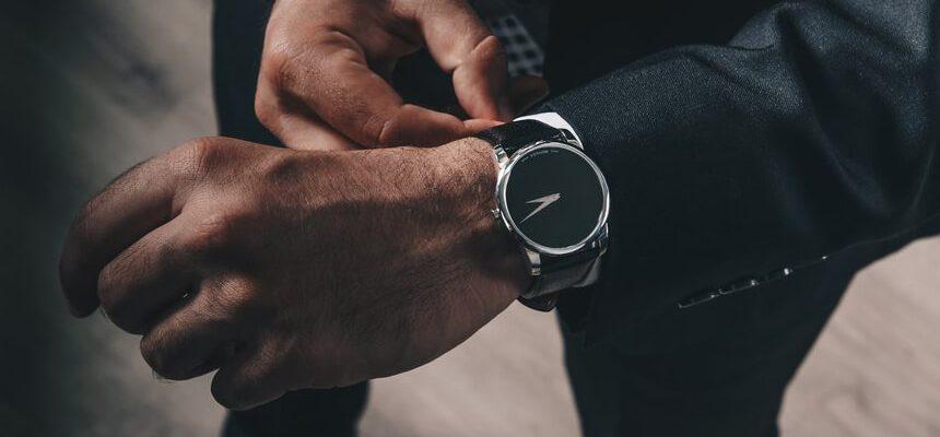 時計をつける男性
